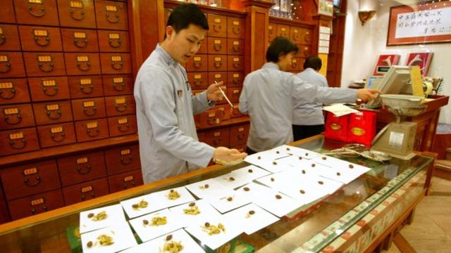 Hiệu thuốc nổi tiếng Trung Quốc bị phạt nặng vì bán mật ong quá đát - Ảnh 2.