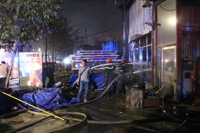 4 nhà mặt tiền bốc cháy dữ dội, dân hô hoán nhau ôm đồ chạy - Ảnh 2.