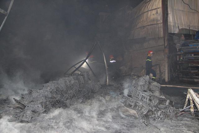 4 nhà mặt tiền bốc cháy dữ dội, dân hô hoán nhau ôm đồ chạy - Ảnh 1.