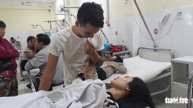 Vụ lật xe khách ở Khánh Hòa: Gãy xương sườn nhưng tôi tìm vợ trước tiên - Ảnh 2.
