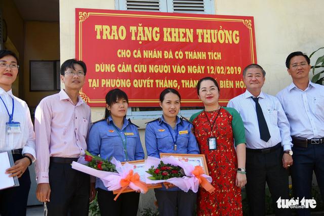 Đồng Nai khen thưởng 2 nữ nhân viên gác chắn cứu cụ già - Ảnh 1.