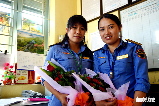 Đồng Nai khen thưởng 2 nữ nhân viên gác chắn cứu cụ già - Ảnh 2.