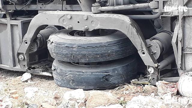 Xe khách nổ lốp, tông nhà dân, khách dìu nhau ra khỏi xe - Ảnh 4.