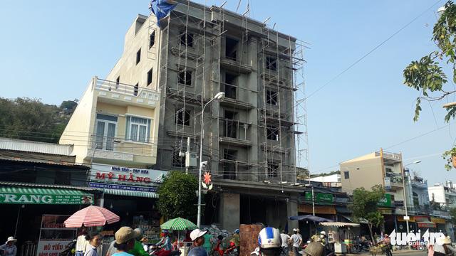 Chưa kịp xử lý vi phạm, tòa nhà 4 tầng đã làm chết 3 người - Ảnh 1.