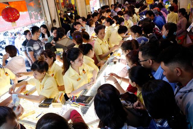 TP.HCM: người mua vàng đông nhưng lượng hàng dồi dào, giá ổn định - Ảnh 5.