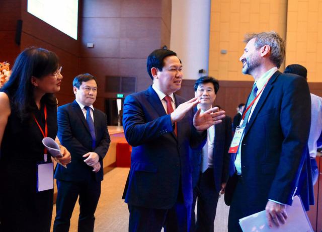 Chính phủ sẽ trình Bộ Chính trị nghị quyết thu hút đầu tư nước ngoài - Ảnh 1.