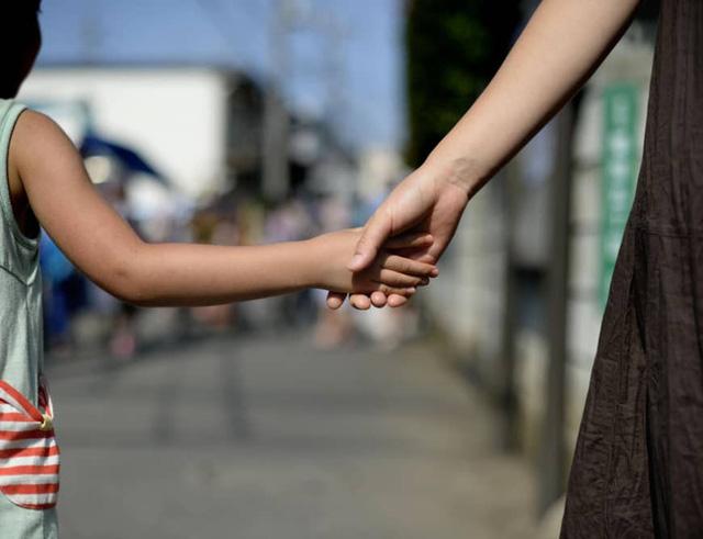 Tokyo cấm cha mẹ phạt đòn, la mắng con - Ảnh 1.