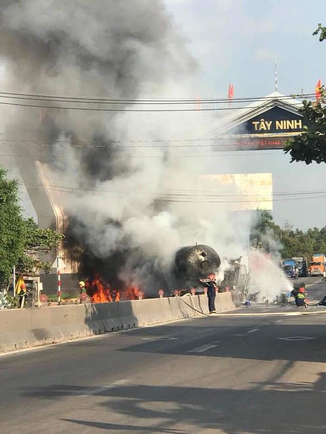 Tông vào dải phân cách, đầu kéo xe bồn chở gas cháy dữ dội - Ảnh 1.