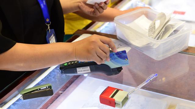 Nở rộ dịch vụ giúp rút tiền mặt từ thẻ tín dụng - Ảnh 1.