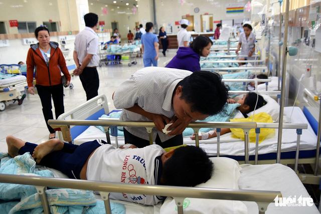 Hàng chục học sinh nhập viện cấp cứu nghi bị ngộ độc - Ảnh 1.
