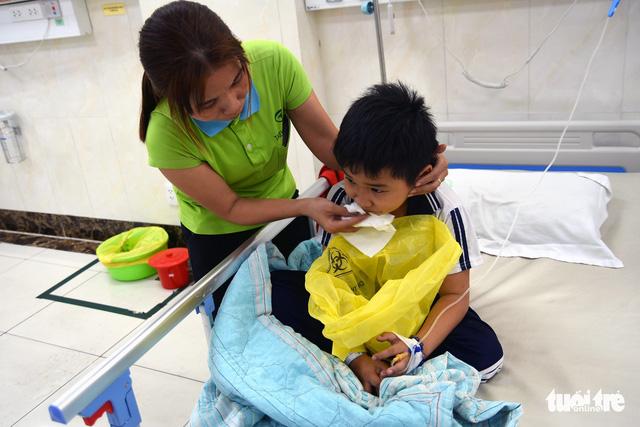 Hàng chục học sinh nhập viện cấp cứu nghi bị ngộ độc - Ảnh 2.