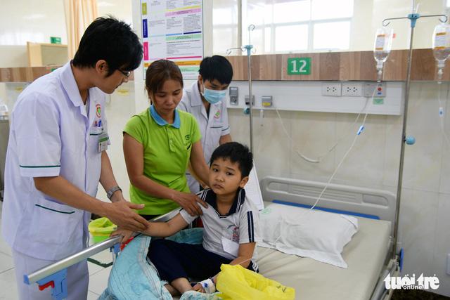 Hàng chục học sinh nhập viện cấp cứu nghi bị ngộ độc - Ảnh 3.