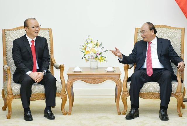 Thủ tướng Nguyễn Xuân Phúc tiếp HLV Park Hang Seo - Ảnh 1.
