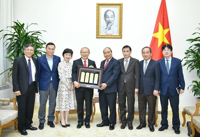 Thủ tướng Nguyễn Xuân Phúc tiếp HLV Park Hang Seo - Ảnh 2.