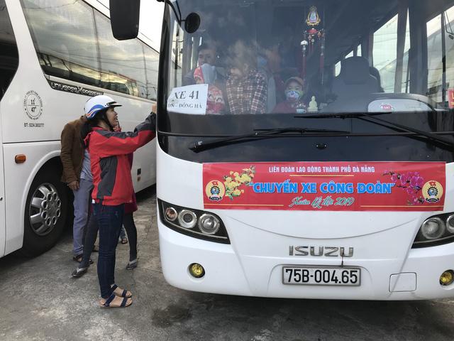 Đà Nẵng: 47 chuyến xe đưa hơn 2.000 lao động về quê ăn Tết - Ảnh 1.