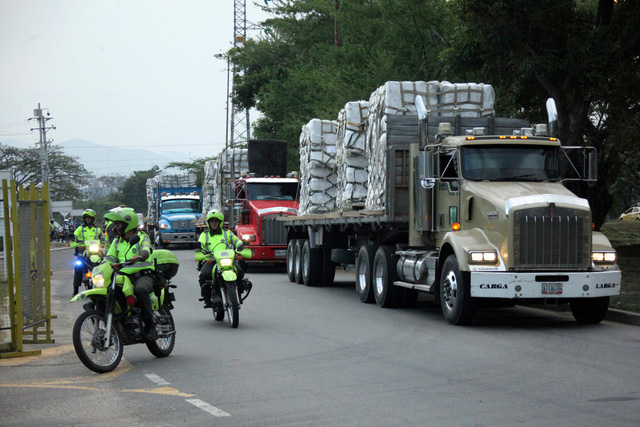 Quân đội Venezuela chặn biên giới biển ngăn hàng cứu trợ - Ảnh 1.