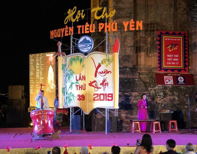 Phú Yên:  Hàng nghìn người yêu thi ca trẩy hội thơ Nguyên tiêu lần thứ 39 - Ảnh 2.