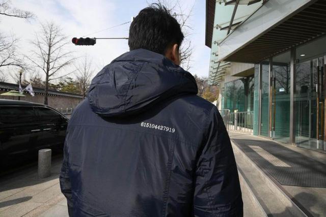 Nhân viên Phủ tổng thống Hàn mặc áo thêu số bí ẩn trước thượng đỉnh Mỹ - Triều - Ảnh 1.