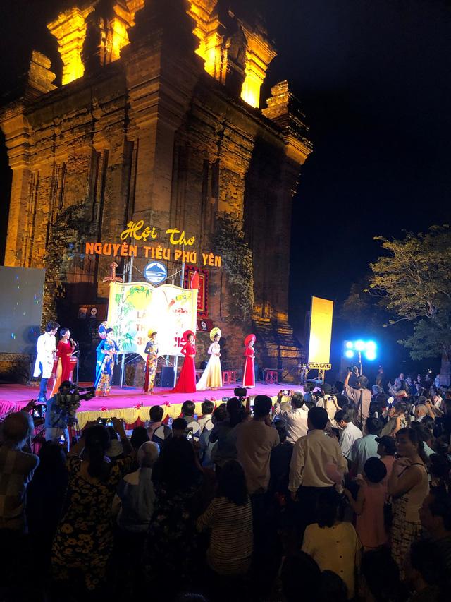 Phú Yên:  Hàng nghìn người yêu thi ca trẩy hội thơ Nguyên tiêu lần thứ 39 - Ảnh 1.