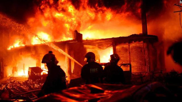 Chung cư cháy ngùn ngụt tại Bangladesh, ít nhất 80 người chết - Ảnh 1.