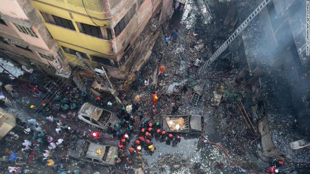 Chung cư cháy ngùn ngụt tại Bangladesh, ít nhất 80 người chết - Ảnh 3.