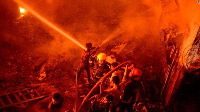 Chung cư cháy ngùn ngụt tại Bangladesh, ít nhất 80 người chết - Ảnh 2.
