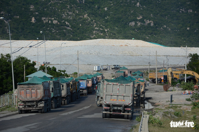 Yêu cầu các nhà máy nhiệt điện Vĩnh Tân ngăn chặn bụi tro xỉ phát tán - Ảnh 1.