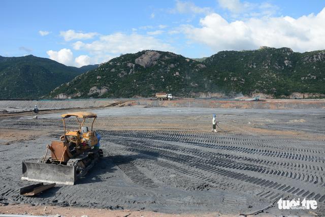 Yêu cầu các nhà máy nhiệt điện Vĩnh Tân ngăn chặn bụi tro xỉ phát tán - Ảnh 2.