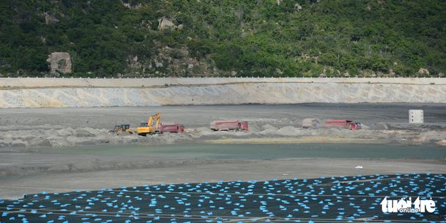 Yêu cầu các nhà máy nhiệt điện Vĩnh Tân ngăn chặn bụi tro xỉ phát tán - Ảnh 3.