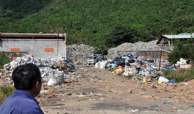 Chi hàng chục tỉ đồng đưa rác từ Côn Đảo về đất liền xử lý - Ảnh 1.