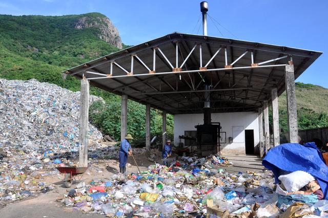 Chi hàng chục tỉ đồng đưa rác từ Côn Đảo về đất liền xử lý - Ảnh 2.