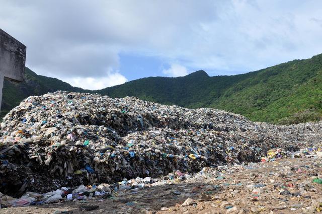 Chi hàng chục tỉ đồng đưa rác từ Côn Đảo về đất liền xử lý - Ảnh 3.