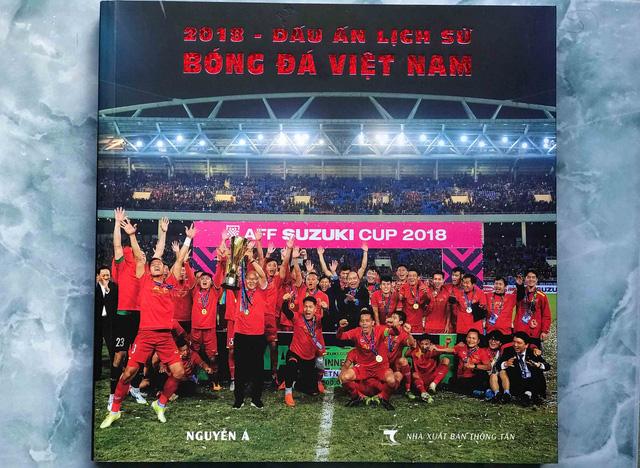 Nghệ sĩ nhiếp ảnh Nguyễn Á ra mắt sách ảnh 2018 - Dấu ấn lịch sử bóng đá Việt Nam tại TP.HCM - Ảnh 1.