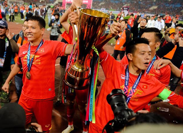 Nghệ sĩ nhiếp ảnh Nguyễn Á ra mắt sách ảnh 2018 - Dấu ấn lịch sử bóng đá Việt Nam tại TP.HCM - Ảnh 3.