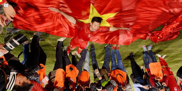 Nghệ sĩ nhiếp ảnh Nguyễn Á ra mắt sách ảnh 2018 - Dấu ấn lịch sử bóng đá Việt Nam tại TP.HCM - Ảnh 2.