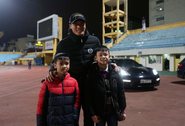 HLV Lee Young Jin dự khán trận Hà Nội - Than Quảng Ninh - Ảnh 3.