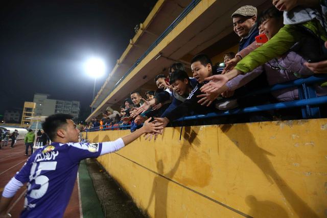 HLV Lee Young Jin dự khán trận Hà Nội - Than Quảng Ninh - Ảnh 7.