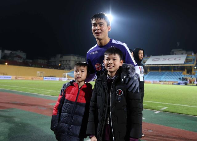 HLV Lee Young Jin dự khán trận Hà Nội - Than Quảng Ninh - Ảnh 6.