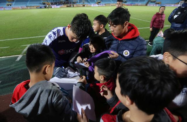 HLV Lee Young Jin dự khán trận Hà Nội - Than Quảng Ninh - Ảnh 5.