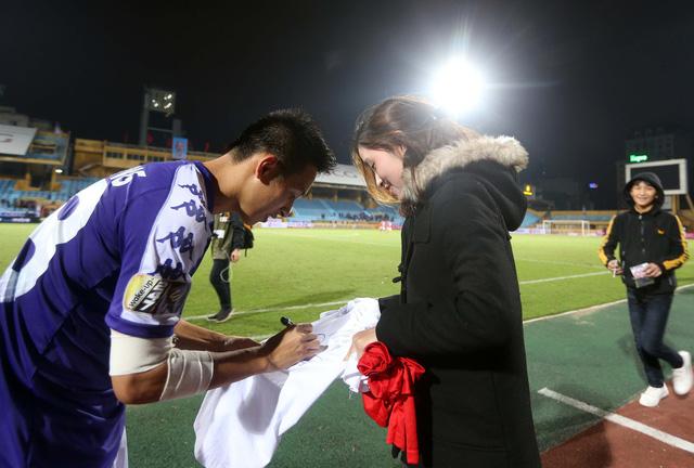 HLV Lee Young Jin dự khán trận Hà Nội - Than Quảng Ninh - Ảnh 4.