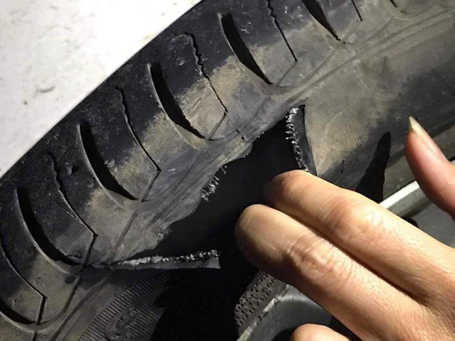 Ôtô va đá vỡ hộp số, gãy càng, rách lốp... trên đường cao tốc - Ảnh 5.