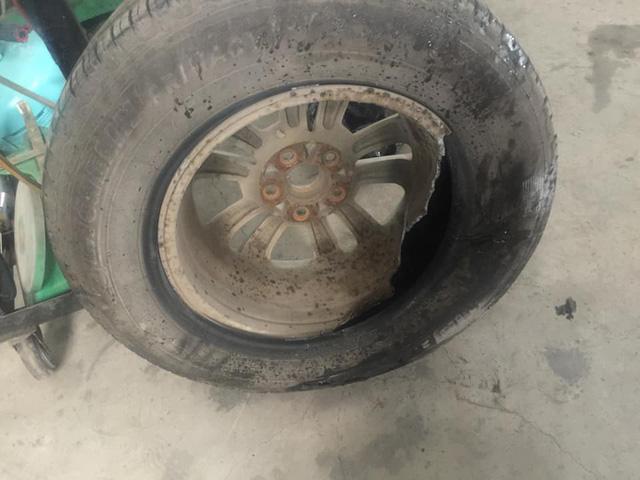 Ôtô va đá vỡ hộp số, gãy càng, rách lốp... trên đường cao tốc - Ảnh 2.