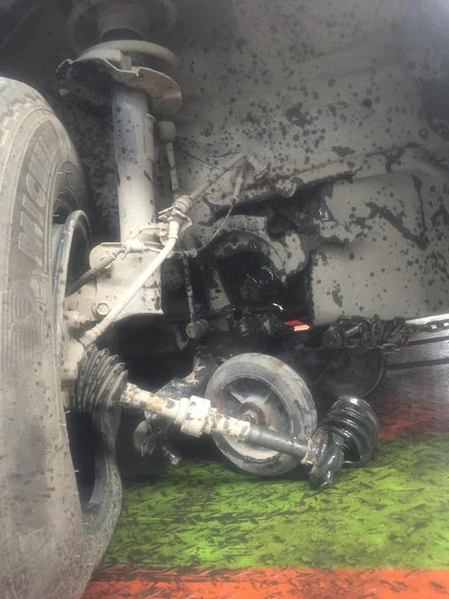 Ôtô va đá vỡ hộp số, gãy càng, rách lốp... trên đường cao tốc - Ảnh 1.