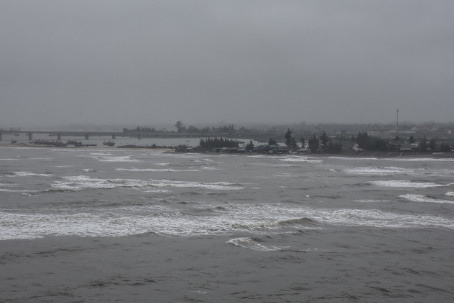 Sóng lớn làm hai cha con ngư dân rơi xuống biển mất tích - Ảnh 1.