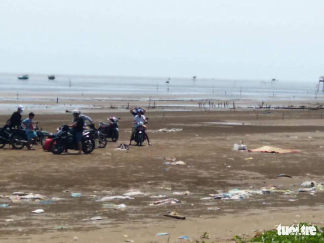 Phát hiện xác chết mất đầu đang phân hủy ở biển Gò Công - Ảnh 1.