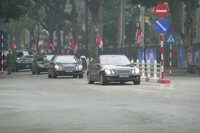 Người dân Hà Nội nồng nhiệt chào đón Chủ tịch Kim Jong Un - Ảnh 1.