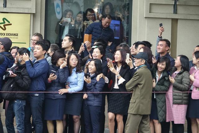 Người dân Hà Nội nồng nhiệt chào đón Chủ tịch Kim Jong Un - Ảnh 2.