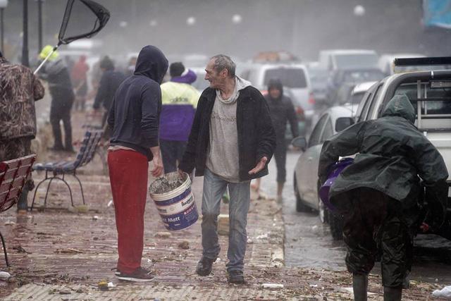 Bất ngờ có mưa cá do sóng lớn, dân Malta trúng mánh - Ảnh 5.