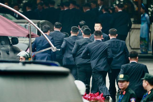 Người dân Hà Nội nồng nhiệt chào đón Chủ tịch Kim Jong Un - Ảnh 3.