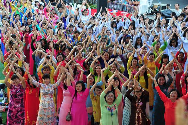 TP Hồ Chí Minh khuyến khích phụ nữ mặc áo dài trong tháng 3 - Ảnh 1.